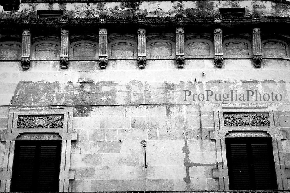 Si intravedono ancora le scritte che Mussolini aveva obbligato ad apporre in epoca fascista, su entrambe le facciate di questo palazzo situato in Piazza della Libertà ad Ostuni di fronte alla statua di Sant'Oronzo, a memoria della popolazione ostunese, per ricordare loro del sentimento che occorrevaa dimostrare avverso il popolo d'oltre manica.