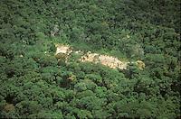 Vista aérea de explotación de oro en la zona selvática del Amazonas, Venezuela.