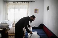 Décembre 2017. Kosovo : 10ème anniversaire de l'indépendance. Fête de la Saint-Nicolas avec les Serbes dans le monastère Goriochi (Saint-Nicolas) près d'Istog. Moines du monastère de Draganac Ilarion Lupulovic (père Ilarion), 39 ans, serbe, higoumène (abbé) du monastère de Draganac. Dans sa chambre.