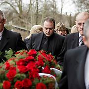 NLD/Fijnaart/20150110 - Uitvaart Chris Bauer, familie Bauer begeleid de kist de kerk in