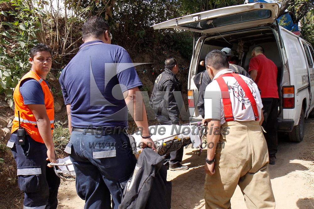 VILLA GUERRERO, México.- Integrantes de Protección Civil de Villa Guerrero y elementos de la ASE, rescataron el cuerpo de un joven de aproximadamente 25 años que sufrió un accidente en su automóvil la noche de ayer , el cual se desbarranco en el kilómetro 32 de la carretera Villa Guerrero-Tenancingo, después de largas horas de trabajo lograron llegar al cuerpo y rescatarlo. Agencia MVT / Crisanta Espinosa. (DIGITAL)