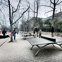 China, Xian,maart 2008..Ochtendgymnastiek en tafeltenniisen s'ochtends vroeg bij de oude muur van Xian.