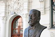 Riga, Latvia. Sculpture of George Armitstead, Mayor of Riga 1901-12, in front of Art Nouveau buildings on Strelnieku (May 2016) © Rudolf Abraham