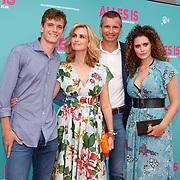 NL/Amsterdam/20200729 - Premiere Alles is zoals het zou moeten zijn, Daphne Deckers met partner Richard Krajicek en zoon Alec en dochter Emma