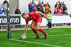Tom Prydie of Scarlets scores the scarlets final try<br /> <br /> Photographer Craig Thomas/Replay Images<br /> <br /> Guinness PRO14 Round 3 - Scarlets v Benetton Treviso - Saturday 15th September 2018 - Parc Y Scarlets - Llanelli<br /> <br /> World Copyright © Replay Images . All rights reserved. info@replayimages.co.uk - http://replayimages.co.uk
