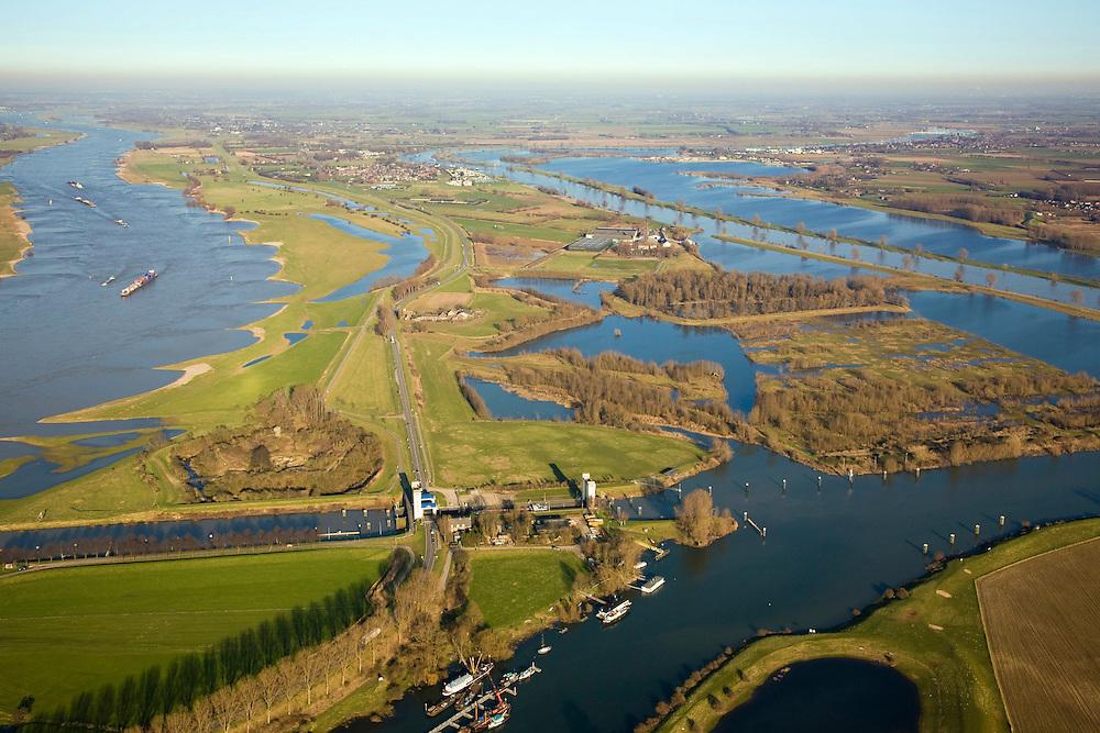 Nederland, Gelderland, Sint Andries, 11-02-2008; zicht op het Land van Maas en Waal (Noordoostelijke richting, links de Waal, rechts de Maas); voorgrond: Kanaal van Sint Andries, met schutsluis; op deze plek, in de Gemeente Heerwaarden, naderen de twee rivieren elkaar het meest; linksboven de sluis een voormalig fort; kolk, sluiskolk, schutten; St. Andries..luchtfoto (toeslag); aerial photo (additional fee required); .foto Siebe Swart / photo Siebe Swart