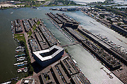 Nederland, Amsterdam, Sporenburg, 25-09-2002; links Ertskade, rechts Panamakade, het tweede eiland is het Borneo-eiland. Sporenburg is het voormalige rangeerterrein (Stadsrietlanden) en erts- en steenkooloverslag. De groene 'inkeping' is het Kees Brijderplantsoen, het glimmende gebouw in de voorgrond de Sfinx (Frits van Dongen) .Swart collectie, luchtfoto (toeslag); Swart Collection, aerial photo (additional fee required).foto Siebe Swart / photo Siebe Swart