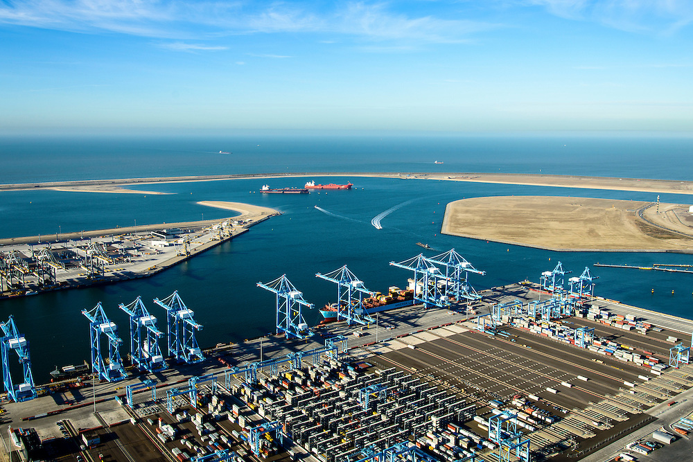 Nederland, Zuid-Holland, Rotterdam, 18-02-2015; Prinsessenhavenweg, Tweede Maasvlakte met Prinses Amaliahaven en Prinses Arianehaven. Containerterminals van  APM Terminals Rotterdam-MV II (APMT) en Rotterdam World Gateway (RWG) in de achtergrond.<br /> Maasvlakte 2 (MV2), extension of the Port of Rotterdam, new harbors and constructing of container terminals.<br /> <br /> luchtfoto (toeslag op standard tarieven);<br /> aerial photo (additional fee required);<br /> copyright foto/photo Siebe Swart