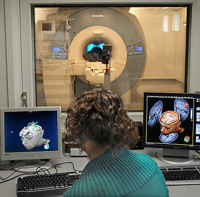 Nederland, Nijmegen, 8-4-2011Bij de Radboud universiteit wordt mbv MRI scanner onderzoek gedaan naar de werking van het brein, en processen die zich in de hersenen afspelen. Cognitieve neuroscience. Hierbij wordt samengewerkt door het FC Donderscentrum, het NICI, het umcn en het NCMLS. Een van de doelen is meer inzicht te krijgen in de ziekte van Parkinson. Op de foto is te zien welk deel van het brein van de vrijwilliger in de scanner aktief is bij het kijken naar een film. Foto: Flip Franssen