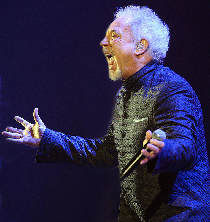 Tom Jones <br /> At Hammersmith Apollo London<br /> Pix Dave Nelson <br /> CODE:361471<br /> www.expresspictures.com<br /> Express Syndication<br /> +44 (0)20 8612 7884/7903/7906/7661<br /> +44 (0)20 7098 2764<br /> NO ONLINE/DIGITAL/MOBILE PHONE OR APPS USAGE UNLESS AGREED