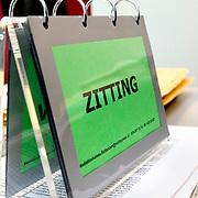 """Nederland Rotterdam 3 september 2008 20080903 Foto: David Rozing.Gatget op het bureau van rechter, bordje met daarop """" zitting ' Dit wordt neergezet op het bureau op het moment dat de rechter in een zitting is..Foto David Rozing"""