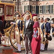NLD/Den Haag/20190917 - Prinsjesdag 2019, Koning Willem Alexander en Koningin Maxima groeten het Vaandel