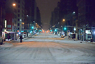 New York, Manhattan under the snow. States ban travel as historic blizzard . no cars allowed in the street / Manhattan sous la neige