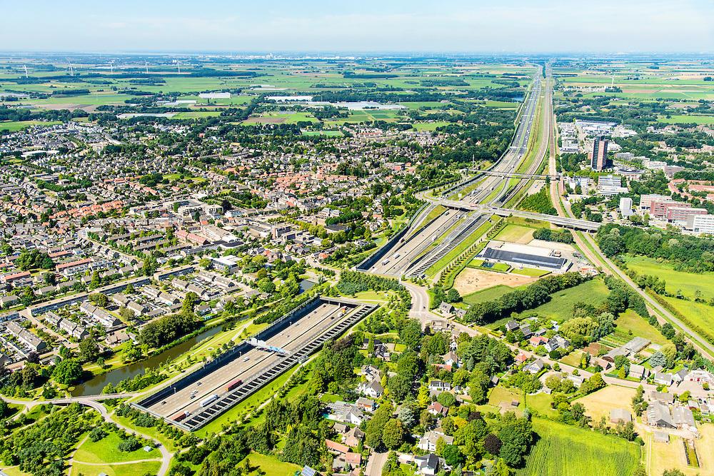 Nederland, Noord-Brabant, Breda, 23-08-2016; Prinsenbeek. Infrabundel, combinatie van autosnelweg A16 gebundeld met de spoorlijn van de HSL (re).  Park Overbos met stadsduct Over-bos in de voorgrond, stadsduct Valdijk daar achter. De bundel loopt in tunnelbakken, lokale wegen gaan over deze infrabundel heen, door middel van de zogenaamde stadsducten, gedeeltelijk ingericht als stadspark.<br /> Combination of motorway A16 and the HST railroad, crossed by local roads by means of *urban ducts*, partly designed as public  parks.<br /> luchtfoto (toeslag op standard tarieven);<br /> aerial photo (additional fee required);<br /> copyright foto/photo Siebe Swart