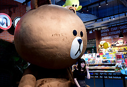 August 6, 2017 - Guangzhou, Guangzhou, China - Guangzhou, CHINA-August 6 2017: (EDITORIAL USE ONLY. CHINA OUT) ..The giant Bear Brown attracts many citizens' attention in Guangzhou, south China's Guangdong Province, August 6th, 2017. (Credit Image: © SIPA Asia via ZUMA Wire)