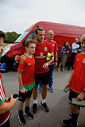 CARDIFF, WALES - Tuesday, August 29, 2017: Wales' Gareth Bale signs autographs for supporters after a training session at the Vale Resort ahead of the 2018 FIFA World Cup Qualifying Group D match against Austria. (Pic by David Rawcliffe/Propaganda)