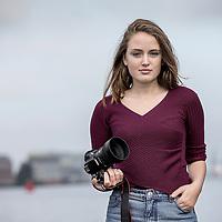 Nederland, Amsterdam, 22 oktober 2016. 7-Days jongere van het jaar verkiezing.<br />De genomineerden van de jongere van het jaar Verkiezingen 2016.<br />v.l.n.r. Jeroen van Holland,Susan Radder, Annegien Schilling, Costas Vermeer, Alessandra Peters, Trobi en een stand in.<br />Op de foto: genomineerde Annegien Schilling 16) bewerkt prachtige foto's op Instagram.<br /><br /><br />Foto: Jean-Pierre Jans