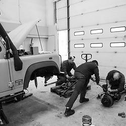 jeudi 23 février 2017, 10h08, Vincennes. Militaires mécaniciens de l'Equipe Légère d'Intervention (ELI) réparant un Land Rover militaire utilisé pour l'Opération Sentinelle. Les véhicules civils de gamme commerciale voient quant à eux leur maintenance réalisée par des services privés dans le cadre du contrat de location.