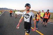 Gareth Hanks tijdens de vierde racedag. In Battle Mountain (Nevada) wordt ieder jaar de World Human Powered Speed Challenge gehouden. Tijdens deze wedstrijd wordt geprobeerd zo hard mogelijk te fietsen op pure menskracht. Het huidige record staat sinds 2015 op naam van de Canadees Todd Reichert die 139,45 km/h reed. De deelnemers bestaan zowel uit teams van universiteiten als uit hobbyisten. Met de gestroomlijnde fietsen willen ze laten zien wat mogelijk is met menskracht. De speciale ligfietsen kunnen gezien worden als de Formule 1 van het fietsen. De kennis die wordt opgedaan wordt ook gebruikt om duurzaam vervoer verder te ontwikkelen.<br /> <br /> In Battle Mountain (Nevada) each year the World Human Powered Speed Challenge is held. During this race they try to ride on pure manpower as hard as possible. Since 2015 the Canadian Todd Reichert is record holder with a speed of 136,45 km/h. The participants consist of both teams from universities and from hobbyists. With the sleek bikes they want to show what is possible with human power. The special recumbent bicycles can be seen as the Formula 1 of the bicycle. The knowledge gained is also used to develop sustainable transport.