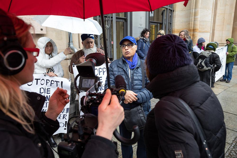 """Kundgebung vor dem Landgericht Berlin gegen die Räumungsklage gegen den Laden """"Kamil Mode"""". Hassan Raza Qadri  (mit blauen Cap) demonstriert mit  ca. 20-30 Unterstützern  gegen die Kündigung seines  Mode-Geschäfts. Nach 16 Jahre am Kottbusser Damm 9 wurde ihm der Gewerbemietvertrag zum 31. Dezember 2018 gekündigt.  <br /> <br /> [© Christian Mang - Veroeffentlichung nur gg. Honorar (zzgl. MwSt.), Urhebervermerk und Beleg. Nur für redaktionelle Nutzung - Publication only with licence fee payment, copyright notice and voucher copy. For editorial use only - No model release. No property release. Kontakt: mail@christianmang.com.]"""