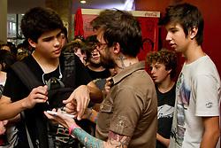 """PC Siqueira atende fãs após debate no espaço  """"Daora o Hub"""" que debateu sobre 'O futuro do conteúdo em vÌdeo - youtube > tv' , no Youpix Poa 2012, que acontece na ESPM, em Porto Alegre. FOTO: Emmanuel Denaui/Preview.com"""