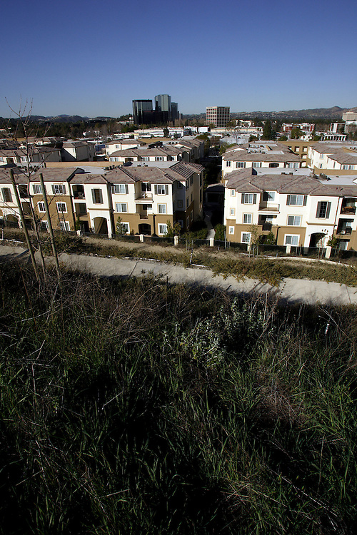 LOS ANGELES, CA- February 19, 2006: Commercial and residential properties in Los Angeles, California continue to expand despite a slowdown in the once sizzling real estate market. (Photo by Todd Bigelow/Aurora)