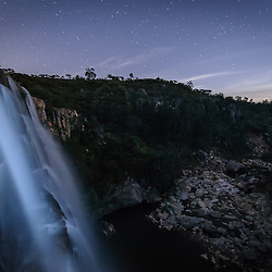 Foto nocturna (longa exposição) da Cachoeira Katchillwa (Cascata da Estação Zootécnica, ou ainda Cascata da Humpata) próximo da Estação Zootécnica na Humpata, província da Huíla. Cerca de 2200m de altitude. Noite de lua cheia. Angola