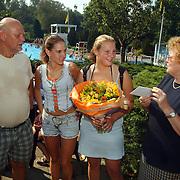 50000ste bezoeker zwembad de Sijsjesberg Huizen, wethouder Metz en Geert Oldenzeel