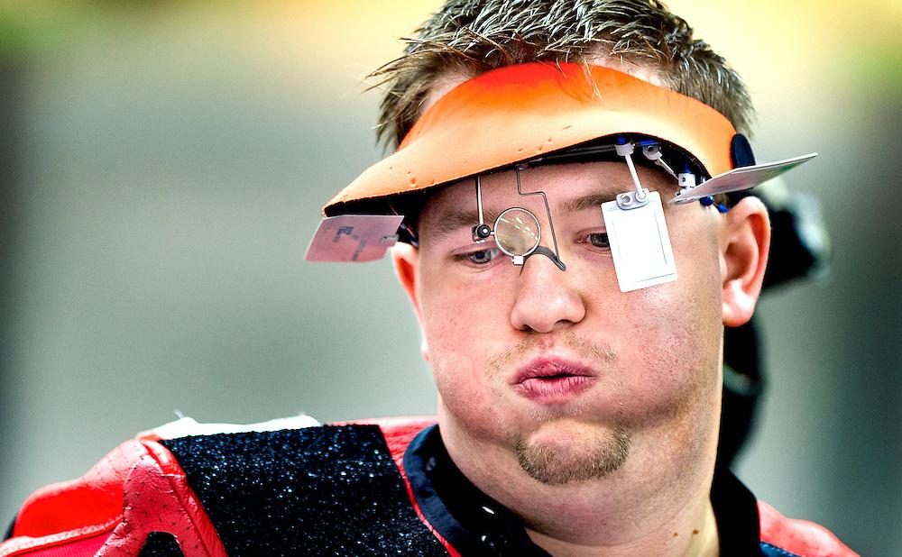 Engeland, Londen, 30-07-2012.<br /> Olympische Spelen.<br /> Schieten, 10 meter luchtgeweer, Mannen.<br /> Peter Hellenbrand zucht diep nadat hij in zijn eerste beurt van de kwalificatie 3 maal een negen heeft geschoten i.p.v. een 10. In de finale zal hij het beste schieten maar door zijn puntenverlies in het begin wordt hij 5e.<br /> Foto : Klaas Jan van der Weij