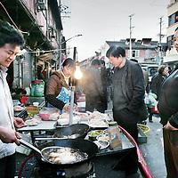 China ,Shanghai,maart 2008..Eettentjes in de straten van het oude stadsgedeelte van Shanghai.