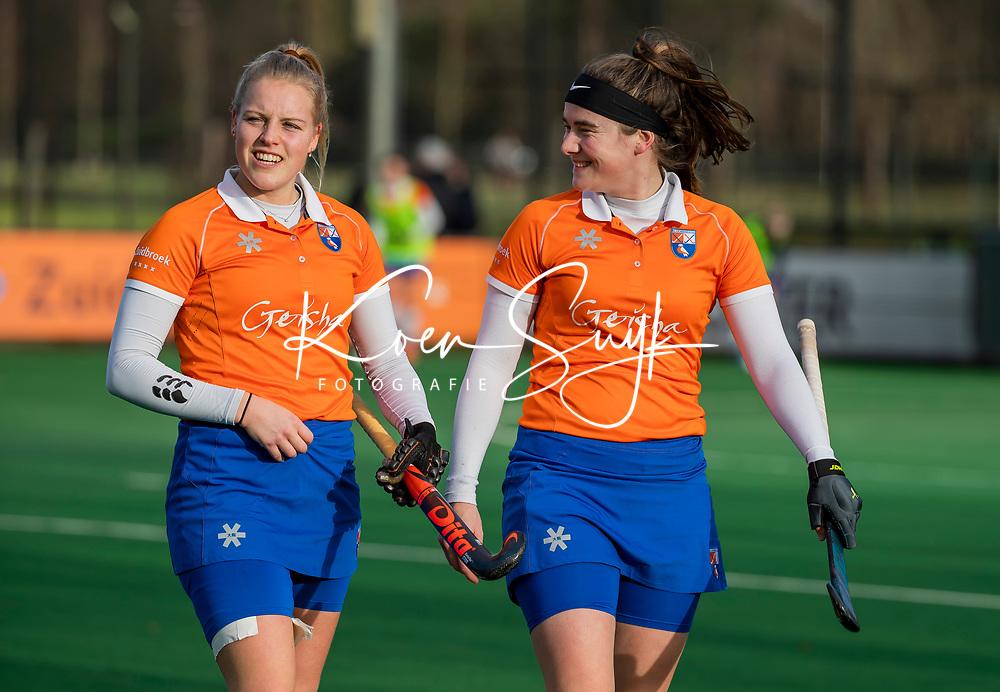 BLOEMENDAAL - Demi Hilterman (Bldaal) met Kim van Leeuwen (Bldaal)    voor de competitie hoofdklasse hockeywedstrijd dames, Bloemendaal-HGC (1-0)   COPYRIGHT KOEN SUYK