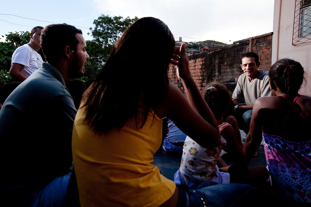 Nova Lima_MG, Brasil..Projeto De Volta pra Casa, em Contagem, Minas Gerais. O projeto visa tirar criancas de abrigos e leva-las de volta aos seus lares. Na foto, assistentes sociais em atividade com criancas do projeto...De volta pra casa project, in Contagem, Minas Gerais. The project aims to get children from shelters and take them back to their homes. In the photo, social workers in activity with children in the project...Foto: LEO DRUMOND / NITRO