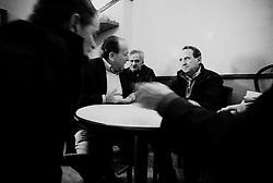 Reportage sviluppato ad Alessano (LE). Viene presa in considerazione fotograficamente, la gente che popola il paese nei suoi bar, piazze, strade, giardini pubblici. Ed, insieme a questa, i particolari caratterizzanti il luogo...uomini giocano a carte in un bar e si accende improvvisamente una discussione durante la mano.