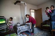 Décembre 2017. Kosovo : 10ème anniversaire de l'indépendance. Natmir Hyseniet, sa femme Nebahat et leurs cinq enfants se sont fait aider par l'association Vorae pour construire une maison toute neuve dans leur quartier de Fushe Kosovo près de la capitale. L'association aide la communauté Roms (Rom, ashkali et égyptien) qui représente 2% de la population. Elle connaît de grandes difficultés, accentuées par leur collaboration présumée aux serbes pendant la guerre. Kosovo Polje ou Fushë Kosovë (en albanais Fushë Kosova).