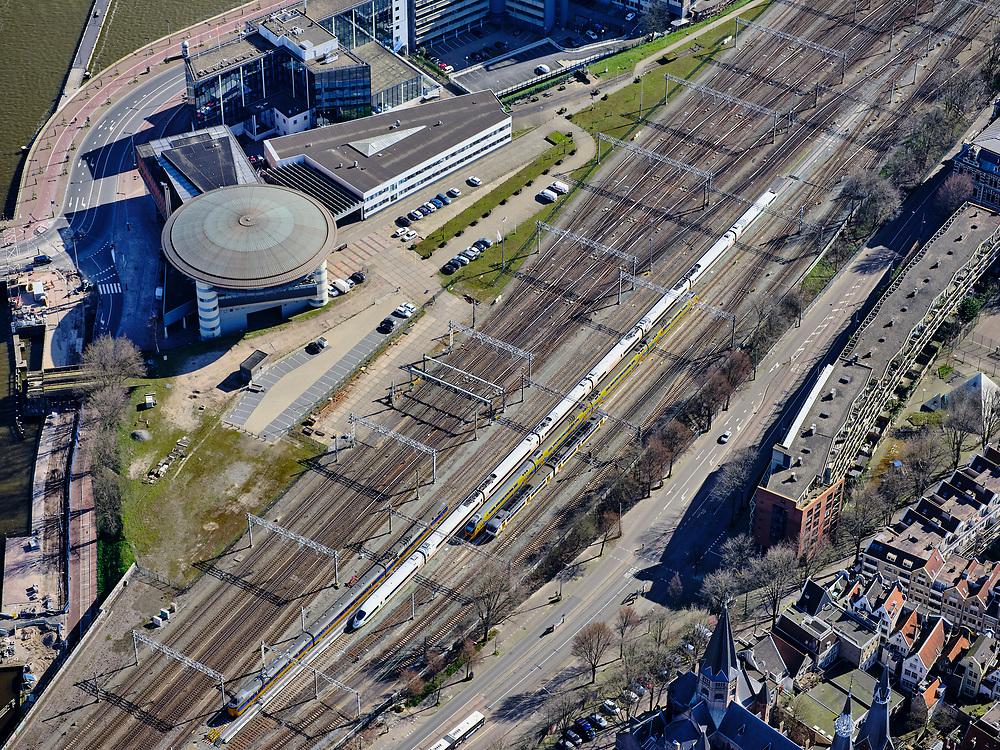 Nederland, Noord-Holland, Amsterdam; 23-03-2020; Amsterdam Centraal Station, emplacement Amsterdam CS met trein-verkeersleiding. Het treinverkeer is grotendeels stil gelegd, er wordt via een basisdienstregeling gereden, lege sporen en perrons.<br /> Amsterdam Central Station, Amsterdam CS. Train traffic has largely been shut down, there is a basic timetable, as a result empty tracks and platforms.<br /> <br /> luchtfoto (toeslag op standaard tarieven);<br /> aerial photo (additional fee required)<br /> copyright © 2020 foto/photo Siebe Swart