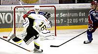 Ishockey<br /> GET-Ligaen<br /> 23.10.08<br /> Jordal Amfi<br /> Vålerenga VIF - Stavanger Oilers<br /> Brendan Brooks scorer 1-1 på Patrick DesRoschers<br /> Foto - Kasper Wikestad