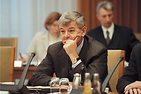10 JAN 2001, BERLIN/GERMANY:<br /> Joschka Fischer, B90/Gruene, Bundesaussenminister, vor Beginn der Kabinettsitzung, Bundeskanzleramt<br /> IMAGE: 20010110-01/01-20<br /> KEYWORDS: Gerhard Schröder, Kabinett, gespräch