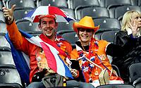 GEPA-1306081265A - BERN,SCHWEIZ,13.JUN.08 - FUSSBALL - UEFA Europameisterschaft, EURO 2008, Niederlande vs Frankreich, NED vs FRA. Bild zeigt zwei Holland Fans. Keyword: Fahne.<br />Foto: GEPA pictures/ Walter Luger