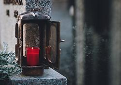 THEMENBILD - eine rote Kerze in einer Laterne an einem Grab. Am 1. November gedenken Katholiken aller Menschen, die in der Kirche als Heilige verehrt werden. Das Fest Allerseelen am darauf folgenden 2. November, ist dem Gedaechtnis aller Verstorbenen gewidmet, aufgenommen am 30. Oktober 2020 in Kaprun, Oesterreich // a red candle in a lantern at a grave. On All Saints' Day November 1, Catholics remember all people who are venerated as saints in the church. The festival Souls on the following November 2 is dedicated to the memory of all deceased, taken at the cemetery in Kaprun, Austria on 2020/10/30. EXPA Pictures © 2020, PhotoCredit: EXPA/Stefanie Oberhauser