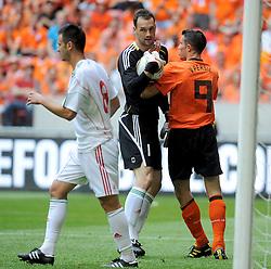 05-06-2010 VOETBAL: NEDERLAND - HONGARIJE: AMSTERDAM<br /> Nederland wint met 6-1 van Hongarije / Robin van Persie en keeper Marton Fulop<br /> ©2010-WWW.FOTOHOOGENDOORN.NL