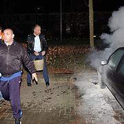 Autobrand Bovenmaatweg Huizen, politie en bewoners pogen te blussen