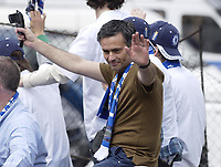 Fotball<br /> England 2004/2005<br /> Foto: SBI/Digitalsport<br /> NORWAY ONLY<br /> <br /> Chelsea Team Bus Parade<br /> 22/05/2005.<br /> Chelsea manager Jose Mourinho waves to the crowd on the open top bus parade around Chelsea.
