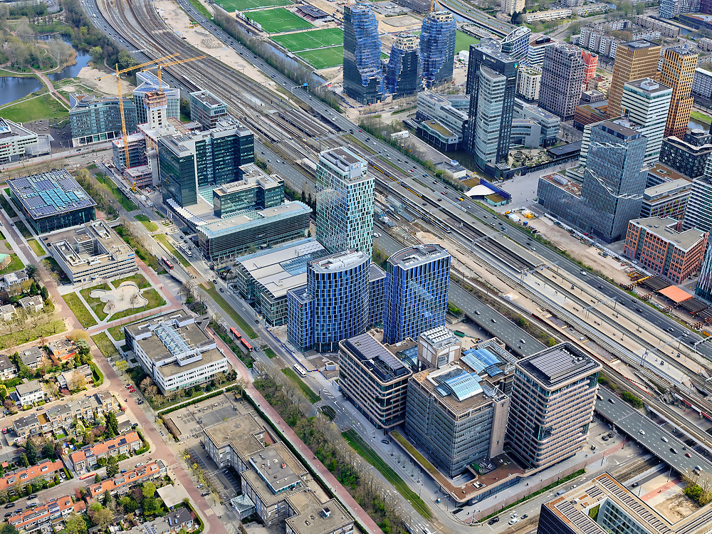 Nederland, Noord-Holland, Amsterdam; 17-04-2021; Zuidas rond het Zuidplein. Tussen de hoogbouw station Zuid-WTC, het Zuidasdok met aan weerszijden de autosnelweg Ring A10. Zuidas around the Zuidplein. Between the Zuid-WTC high-rise station, the Zuidasdok with the Ring A10 motorway on both sides. <br /> luchtfoto (toeslag op standaard tarieven);<br /> aerial photo (additional fee required)<br /> copyright © 2021 foto/photo Siebe Swart