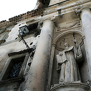 Statua all'ingresso della chiesa di S. Benedetto a Castiglione di Sicilia (Ct)..Statue on facade of S. Benedetto church in Castiglione di Sicilia