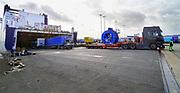 Nederland, Rotterdam, 18-10-2019 Medewerkers van het Rotterdams havenbedrijf delen flyers uit aan vrachtwagenchauffeurs bij de terminal van rederij DFDS waar ferry schepen naar Engeleand, het Verenigd Koninkrijk, VK, UK, Harwich, Hull, vetrekken. De schepen worden snel beladen en de transporteurs moeten voorbereid zijn op de extra formaliteiten en het papierwerk bij de inscheping. Samen met alle partners zoals Douane, Havenbedrijf Rotterdam, Havenbedrijf Amsterdam, Portbase en de betrokken gemeenten wordt weer hard gewerkt aan de voorbereiding op een eventuele no-deal Brexit op 31 oktober 2019. Het doel van deze gecoördineerde actie is om oponthoud als gevolg van extra douaneformaliteiten op ferryterminals van Rotterdam en Vlaardingen tot een minimum te beperken. Exporteurs en importeurs moeten afspraken maken wie hun lading van of naar het VK vooraf digitaal voormeldt via Portbase. Foto: Flip Franssen