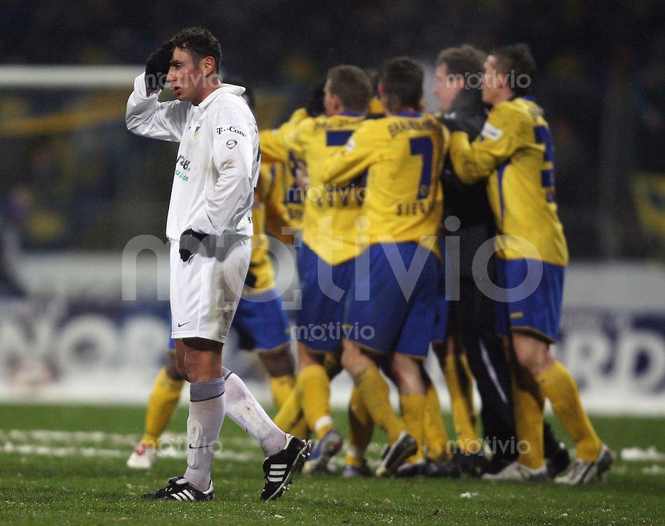 Braunschweig , 260107 , Saison 2006/2007 ; Fussball 2.Bundesliga Eintracht Braunschweig - FC Carl Zeiss Jena  Mohamed El BERKANI (Jena) enttaeuscht nach dem 1:0