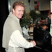 Slotfilm Utrechts Filmfestival 1999 film Golden Earring, Rene Mioch haalt zijn kaartjes op aan de kassa