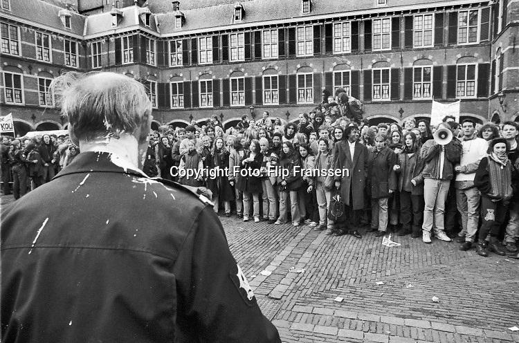 Nederland, Den Haag, 8-11-1990 Demonstratie op het bionnenhof van studenten tegen de studiefinanciering en hervormingen in het wetenschappelijk onderwijs door minister Jo Ritzen . Georganiseerd door de LSVB. Demonstreren op het binnenhof werd in 1999 verboden . Foto: ANP/ Hollandse Hoogte/ Flip Franssen