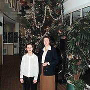 Kerstboom in het gemeentehuis Huizen met VVD raadslid en dochter