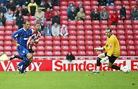 Fotball<br /> England<br /> 2004/2005<br /> 16.10.2004<br /> Foto: SBI/Digitalsport<br /> NORWAY ONLY<br /> <br /> Sunderland v Millwall<br /> Coca-Cola Championship<br /> <br /> Sunderland's Simon Johnson (C) beats Millwall's goalkeeper, Graham Stack (R), but his shot goes wide of the post.